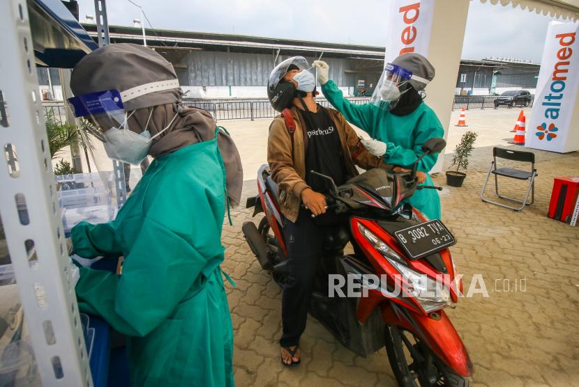Tes cepat antigenCovid-19 di layanan PCR dan antigen Swab Test Altomed, Kelapa Gading, Jakarta, Senin (9/8/2021). Epidemiolog mengingatkan gelombang tiga Covid-19 masih mungkin melanda Indonesia.