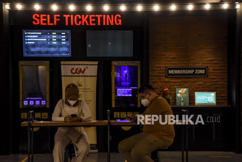 Pengunjung berada di area Bioskop CGV 23 Paskal, Kota Bandung, Kamis (16/9). Pemerintah Kota Bandung kembali mengizinkan bioskop untuk beroperasi pada masa PPKM Level 3 dengan menerapkan protokol kesehatan secara ketat, seperti membatasi pengunjung menjadi 50 persen dari kapasitas, wajib melakukan skrining melalui aplikasi Peduli Lindungi, dilarang makan dan minum di area bioskop serta melarang pengunjung dengan usia di bawah 12 tahun untuk memasuki area bioskop. Foto: Republika/Abdan Syakura