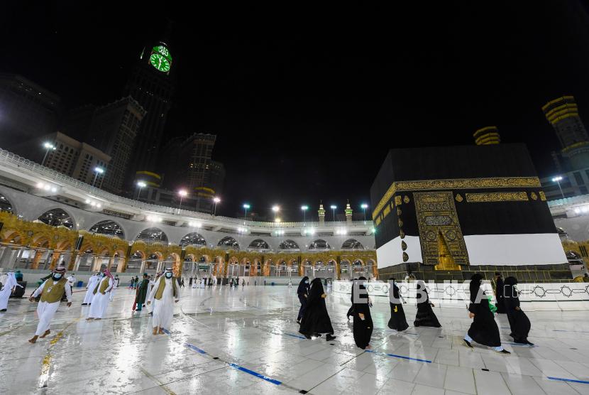Perempuan terlihat selama kegiatan pelatihan mensimulasikan kedatangan jamaah ke Mataf di sekitar Kabaa di Masjidil Haram selama haji, di tengah wabah penyakit coronavirus (COVID-19), di kota suci Mekah, Arab Saudi 27 Juli, 2020. Gambar diambil 27 Juli 2020.