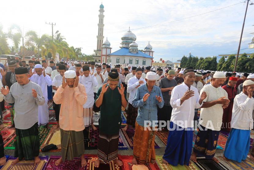 Jamaah Tarekat Syattariah melaksanakan shalat Idul fitri 1442 Hijriah di halaman Masjid Syaikhuna Habib Muda Seunagan Desa Peuleukung, Seunagan Timur, Nagan Raya, Aceh, Rabu (12/5/2021). Jamaah Syattariah melaksanakan shalat Idul fitri 1442 Hijriah lebih awal dari jadwal yang telah ditetapkan Pemerintah.