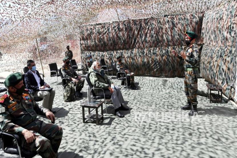 Foto yang disediakan oleh Biro Informasi Pers India (PIB) menunjukkan Perdana Menteri India Narendra Modi  dan pejabat militer India di Leh, Ladakh, India, 03 Juli 2020. Modi mengunjungi Angkatan Darat, Angkatan Udara dan Indo Personil Polisi Perbatasan Tibet. Bulan lalu 20 personil tentara India, termasuk seorang kolonel, tewas dalam bentrokan dengan pasukan Cina di Lembah Galwan di wilayah Ladakh timur.