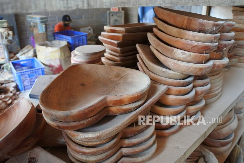 Pekerja membuat alat makan berbahan kayu di Aren Handicraft Desa Tutul, Balung, Jember, Jawa Timur, Kamis (24/6/2021). Industri rumahan tersebut memproduksi peralatan makan, dekorasi interior rumah berbahan kayu mahoni, jati, aren, kelapa yang dijual mulai Rp3.000 hingga Rp200.000 per buah dan saat pandemi didominasi penjualan secara online.