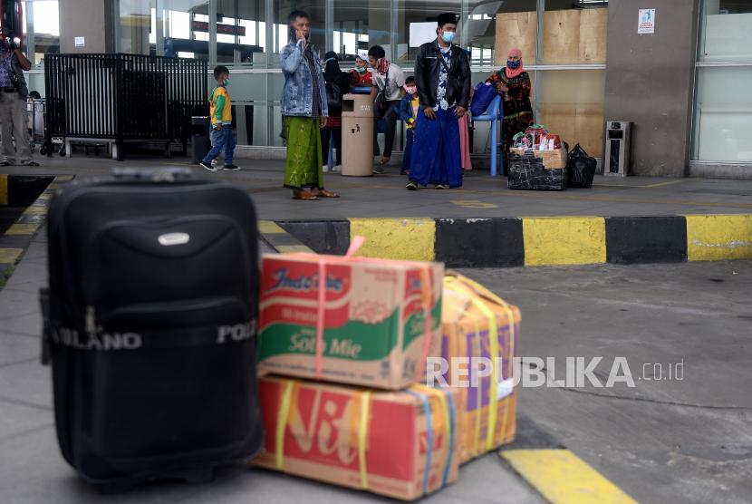 Sejumlah calon penumpang menunggu bus yang akan mengangkut mereka di Terminal Bus Terpadu Pulo Gebang, Jakarta, Selasa (4/5). Sejumlah warga memilih melakukan perjalanan ke kampung halaman dengan armada bus dari terminal tersebut sebelum pemerintah memberlakukan pelarangan mudik mulai tanggal 6 hingga 17 Mei 2021.Prayogi/Republika.