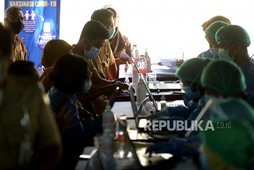 Aparatur sipil negara (ASN) antre menunggu vaksinasi Covid-19 massal untuk ASN dan tenaga pendidik di Balai Kota Yogyakarta, Senin (22/3). Vaksinasi ASN lingkup Kota Yogyakarta serta tenaga pendidik tahap pertama mulai dilakukan. Setiap hari sekitar 2000 orang ditargetkan untuk vaksinasi Covid-19. Untuk tenaga pendidik mulai divaksin jelang ujicoba pembelajaran tatap muka pada April mendatang.