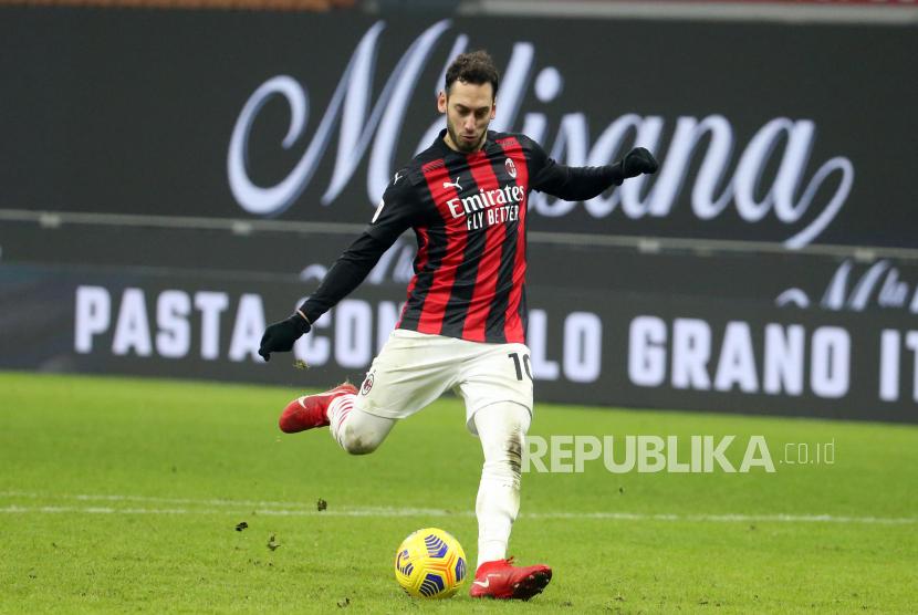 Hakan Calhanoglu dari AC Milan dilaporkan menyeberang ke Inter Milan.