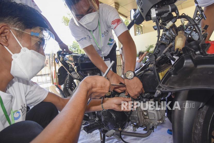 Sejumlah peserta mempraktikkan perbaikan sepeda motor saat mengikuti program pelatihan mekanik (ilustrasi).