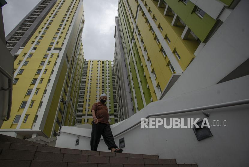Persiapan yang Perlu Dilakukan untuk Isolasi Mandiri. Foto: Seorang warga menuruni anak tangga di kompleks Rumah Susun (Rusun) Pasar Rumput, Jakarta, Kamis (24/6/2021). Pemerintah menyiapkan Rusun tersebut sebagai alternatif tempat isolasi mandiri bagi pasien COVID-19 kategori Orang Tanpa Gejala (OTG) dengan mengoperasikan 600 unit kamar di lantai empat hingga lantai 25 pada tahap pertama yang rencananya beroperasi dalam sepekan atau 10 hari mendatang.