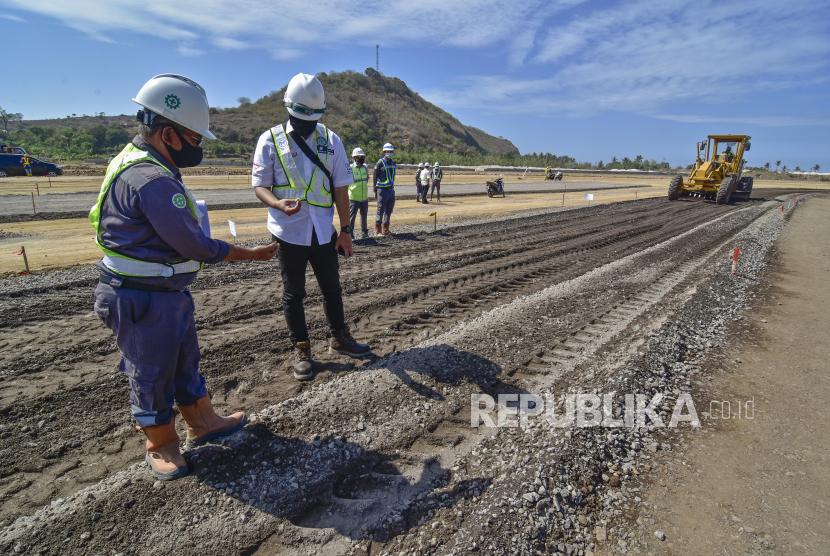 Petugas mengecek material lapisan pondasi atas saat dilakukan percobaan pemadatan lintasan Mandalika International Street Circuit (Sirkuit Mandalika) di KEK Mandalika, Praya, Lombok Tengah, NTB, Rabu (12/8/2020). Guna mempercepat penyelesaian pembangunan sirkuit Mandalika, Indonesia Tourism Development Corporation (ITDC) telah menandatangani Perjanjian Kerja Sama (PKS) dengan PT PP (Persero) Tbk senilai Rp900 miliar dan menandatangani Termsheet Fasilitas Sindikasi Perbankan yang melibatkan anggota HIMBARA yaitu Bank Mandiri, BNI, BRI dan BTN.