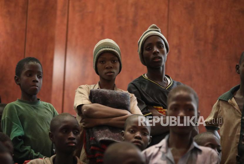 Siswa yang dibebaskan duduk bersama di Government House dengan siswa lain dari sekolah Menengah Sains Pemerintah, di Kankara, Negara Bagian Katsina, Nigeria, 18 Desember 2020. Sekitar 300 anak sekolah Nigeria dibebaskan setelah diculik dari sekolah mereka di barat laut Nigeria dalam serangan yang diklaim oleh kelompok teroris Islam Boko Haram, meskipun belum jelas apakah masih banyak siswa yang masih berada di tangan penculik mereka.