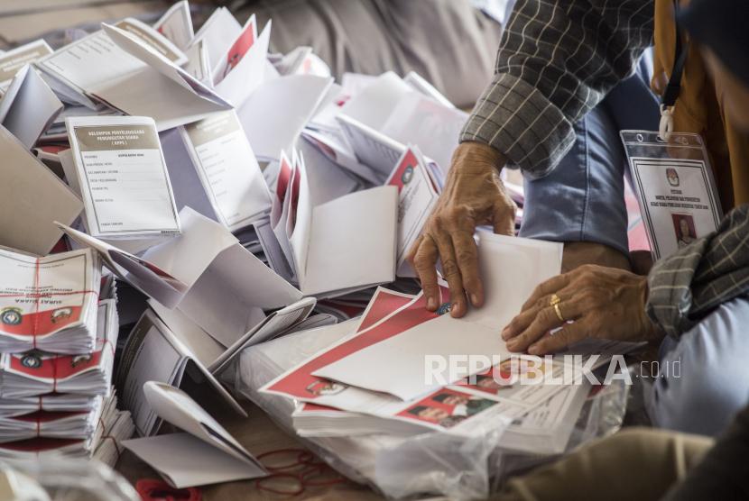 Pekerja melipat surat suara pilkadas 2020. (Ilustrasi)
