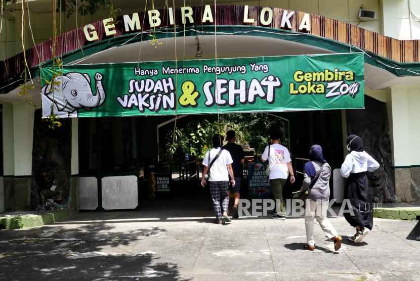 Wisatawan masuk ke dalam Gembira Loka Zoo (GL Zoo) saat uji coba pembukaan di Yogyakarta, Senin (13/9). GL Zoo menjadi salah satu destinasi wisata yang menjadi ujicoba pembukaan oleh pemerintah saat PPKM Level 3. Namun, wisatawan harus lolos pindai barcode aplikasi peduli lindungi. Atau wisatawan yang sudah divaksin, sehingga untuk anak-anak belum bisa. Selain GL Zoo di Yogyakarta yang mendapat lampu hijau pembukaan destinasi wisata yakni Tebing Breksi dan Hutan Pinus Mangunan.