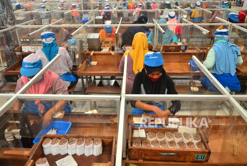 Buruh rokok penerima bantuan langsung tunai di Kabupaten Kudus, Jawa Tengah, harus lolos verifikasi dan validasi guna menghindari berbagai permasalahan di antaranya kemungkinan adanya bantuan dobel dari sumber lain. (Foto: Buruh rokok)