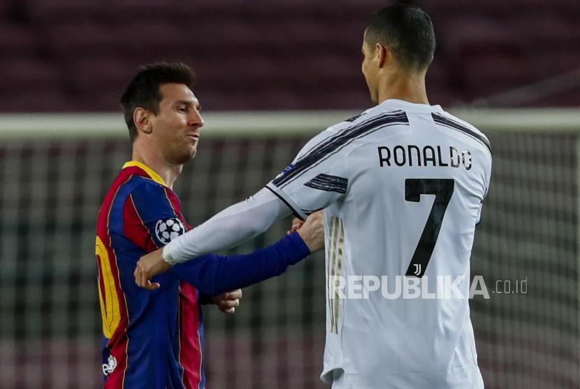 Bintang Barcelona Lionel Messi dan bintang Juventus Cristiano Ronaldo (kanan) berjabat tangan.