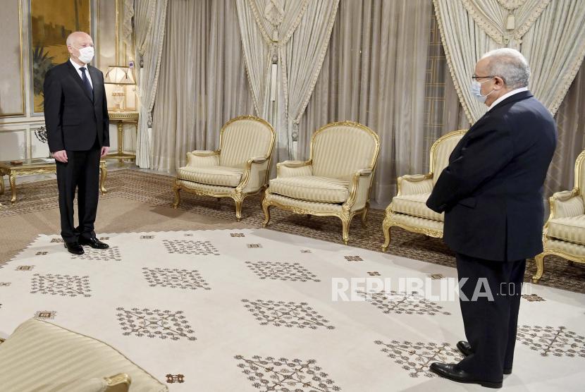 Presiden Tunisia Kais Saeid, kiri, menyambut Menteri Luar Negeri Aljazair Ramadhan Laamamra untuk membahas krisis Tunisia di Istana Kepresidenan di Carthage, di luar Tunis, Tunisia, Selasa, 27 Juli 2021.