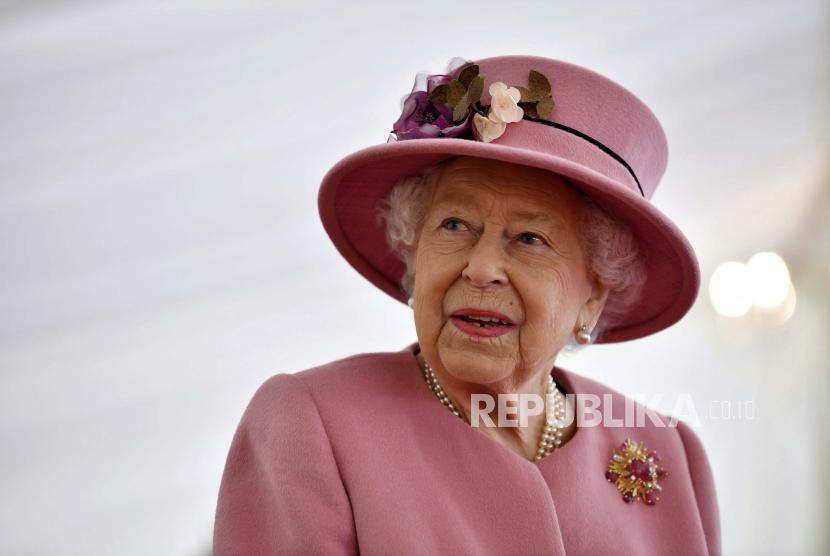 Ratu Elizabeth II dari Inggris. Saat musim panas, Ratu Elizabeth senang pergi ke Balmoral, Skotlandia. Turis terkadang juga bisa berpapasan dengannya.