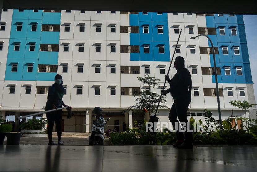 Petugas mempersiapkan ruang isolasi pasien Covid-19 di Rumah Susun Nagrak, Cilincing, Jakarta Utara, Jumat (18/6). Rusun Nagrak Cilincing dipersiapkan untuk menampung pasien Covid-19 dengan kapasistas sebanyak 1.020 pasien dari satu tower, sementara Kepala Unit Pengelolaan Rumah Susun III, Vita Nurviatin mengatakan sebanyak 1-5 tower disiapkan untuk lokasi pasien Covid-19. Republika/Thoudy Badai
