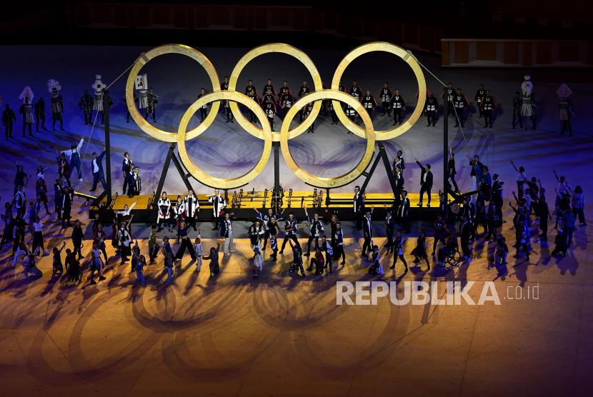 Penari tampil dalam pembukaan Olimpiade Tokyo 2020 di Stadion Nasional, Tokyo, Jepang, Jumat (23/7/2021).