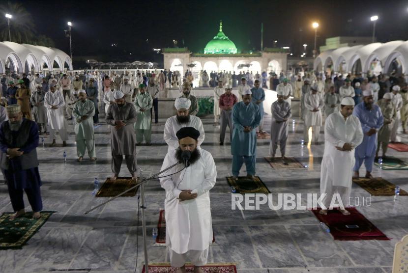 Umat Muslim melakukan sholat khusus yang disebut