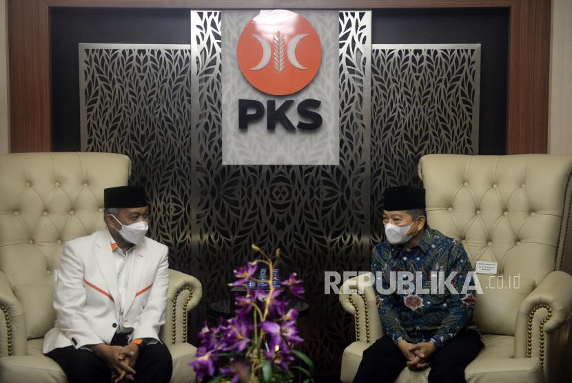 Presiden PKS Ahmad Syaikhu berbincang dengan Ketua Umum PPP Suharso Monoarfa saat silahturahmi antara kedua partai di DPP PKS, Jakarta, Rabu (14/4). Pertemuan tersebut dalam rangka silaturahmi kebangsaan sekaligus menyamakan pandangan terkait langkah-langkah politik yang memihak umat. PAN namun menolak pembentukan pembentukan koalisi poros partai Islam.