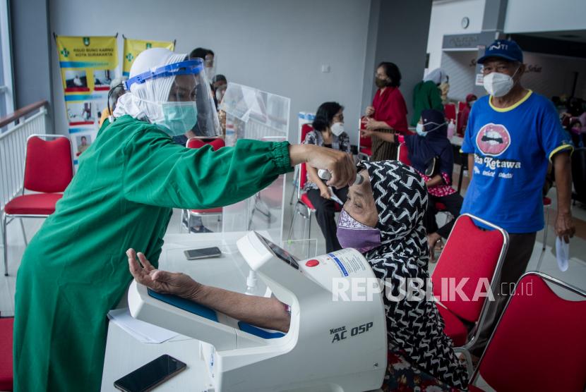 Petugas medis memeriksa tekanan darah dan suhu tubuh warga lanjut usia (lansia) penerima vaksin COVID-19 di Rumah Sakit Umum Daerah (RSUD) Bung Karno, Solo, Jawa Tengah, Senin (1/3/2021). Menurut data Dinas Kesehatan Kota Solo, kuota vaksin COVID-19 Sinovac tahap kedua untuk lansia atau warga berusia di atas 60 tahun telah penuh dengan jumlah pendaftar melalui aplikasi daring mancapai 6.800 orang.