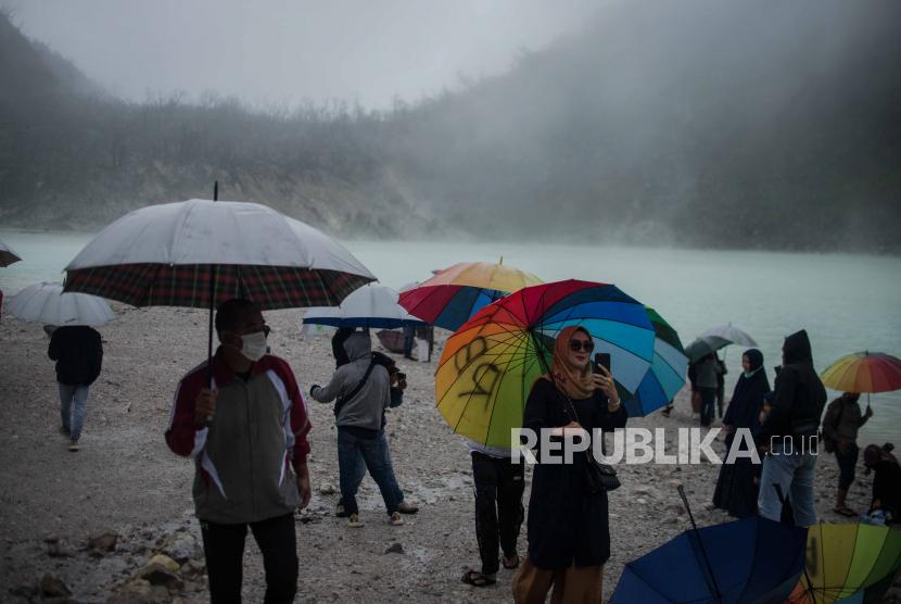 Wisatawan beraktivitas di kawasan wisata alam Kawah Putih, Ciwidey, Kabupaten Bandung, Jawa Bara.