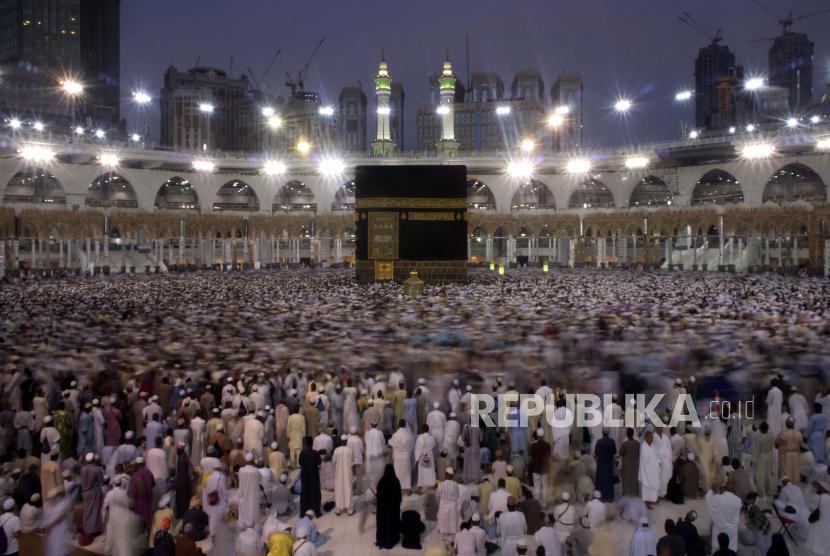 Dalam foto file 3 Oktober 2016 ini, para jamaah haji mengelilingi Ka