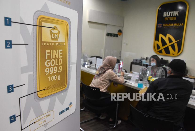 Pengunjung melakukan transaksi jual beli emas di Butik Emas Antam, Jakarta (ilustrasi). ANTARA FOTO/Indrianto Eko Suwarso/hp.