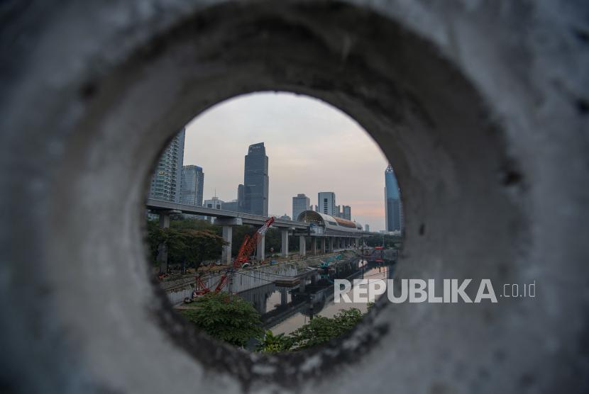 Suasana pembangunan salah satu infrastruktur di Jakarta, Senin (30/8). PT Sarana Multigriya Finansial (Persero) akan menerbitkan dan menawarkan Obligasi Berkelanjutan IV Tahap II Tahun 2021 dengan jumlah pokok Rp 2,8 triliun.