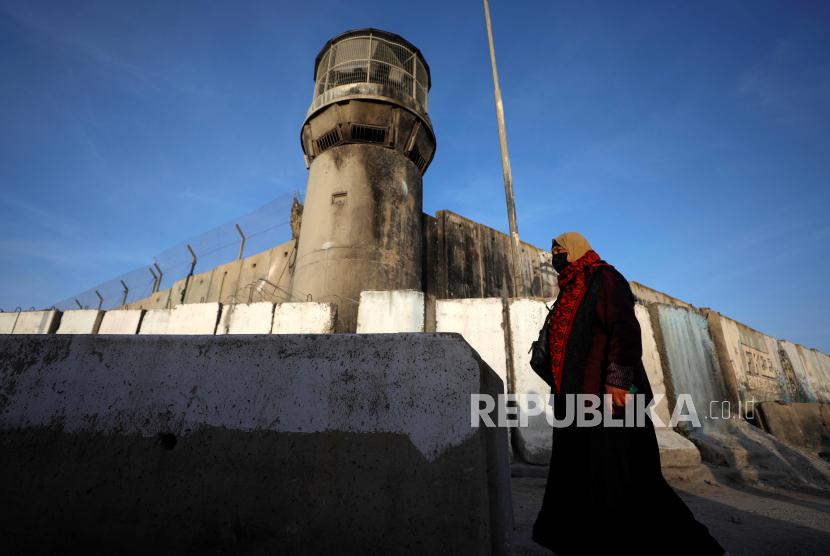 Seorang wanita  Palestina menuju  pos pemeriksaan Israel untuk bisa pergi menuju Kompleks Masjid Al Aqsa dekat Ramallah Tepi Barat, Palestina, Jumat (16/4).