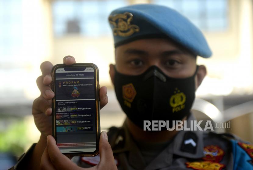 Seorang anggota propam polri menunjukan aplikasi Propam Presisi di Mabes Polri, Jakarta, Selasa (13/4). Aplikasi Propam Presisi merupakan sarana pelayanan kepada masyarakat atau pelapor sehingga lebih cepat, mudah, transparan, akuntabel dan informatif.Prayogi/Republika