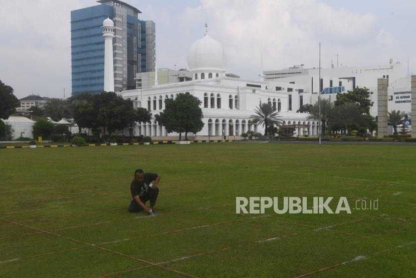 Pekerja membuat garis saf shalat Idul Fitri di Masjid Al Azhar, Jakarta, Rabu (11/5/2021). Masjid Al Azhar akan menggelar shalat idul Fitri di lapangan masjid tersebut dengan protokol pencegahan COVID-19 yang ketat.