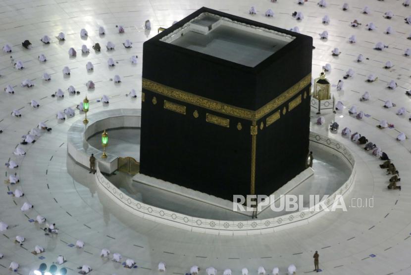 Jamaah Muslim berdoa di sekitar Ka
