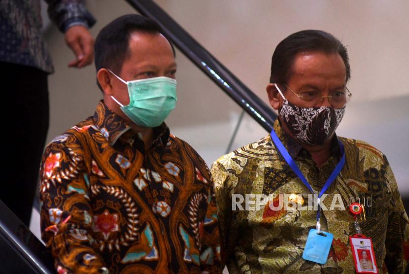 Mendagri Tito Karnavian (kiri) bersama Gubernur Sulawesi Tengah Longki Djanggola (kanan) menuruni tangga usai melaksanakan rapat persiapan pelaksanaan Pilkada serentak tahun 2020 di Palu, Sulawesi Tengah, Jumat (17/7/2020). Kunjungan kerja mendagri tersebut untuk mengecek kesiapan dan pemantapan penyelenggaraan pilkada serentak pada 9 Desember 2020.
