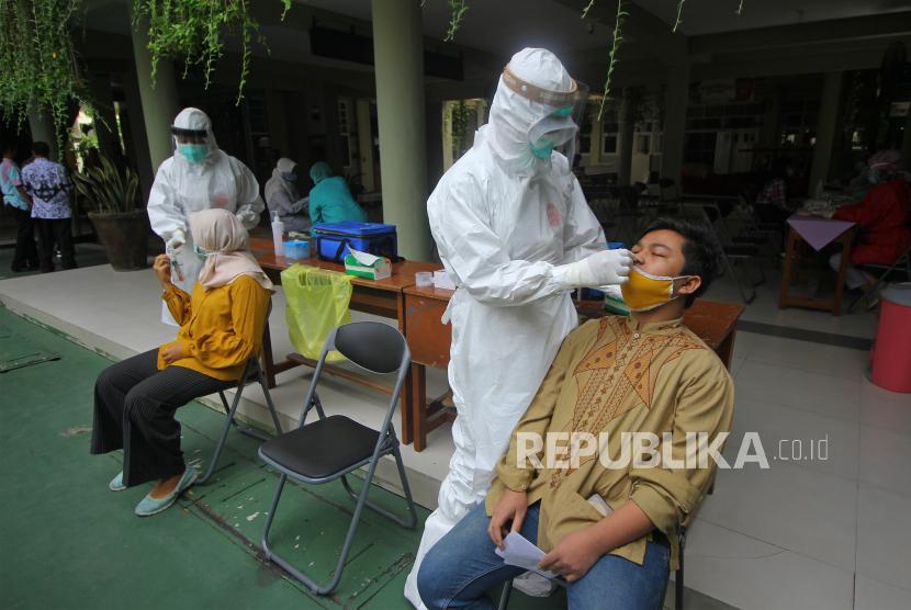 Siswa SMP Negeri 1 Surabaya mengikuti pelaksanaan tes usap (swab) di Surabaya, Jawa Timur