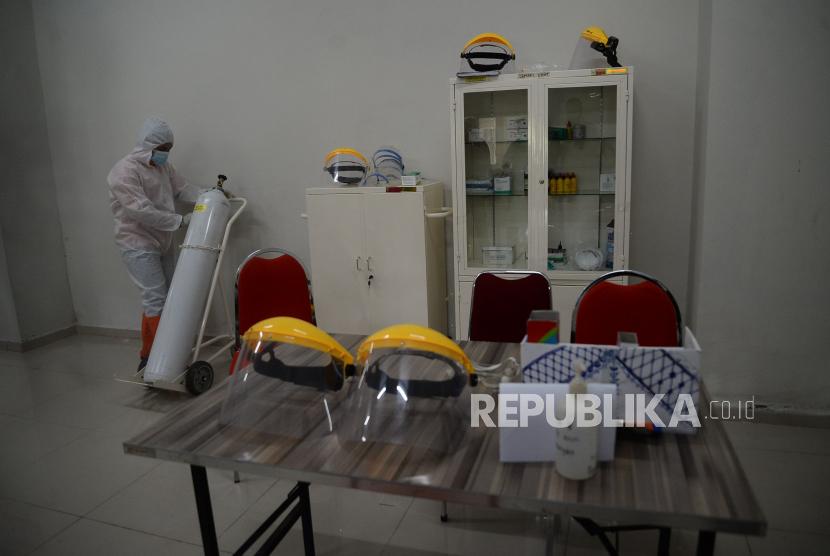 Petugas menyiapkan alat kesehatan di salah satu ruangan Tower 8 Wisma Atlet Pademangan, Jakarta, Selasa (15/6). Tower 8 Wisma Atlet Pademangan siap digunakan sebagai lokasi isolasi mandiri bagi OTG COVID-19 dengan kapasitas 1.569 pasien.Prayogi/Republika.