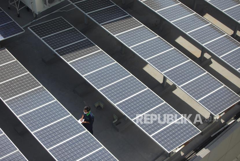Pekerja tengah menegecek panel surya di atas gedung di Jakarta, Senin (31/8/2020). Pemerintah menyiapkan Peraturan Presiden (Perpres) terkait Energi Baru Terbarukan dan Konservasi Energi dan dengan kebijakan ini diharapkan target 23 persen bauran energi di Indonesia bisa tercapai..
