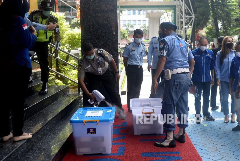Petugas menyemprotkan disinfektan pada berkas-berkas yang dibawa sebelum Ketua Umum Partai Demokrat Agus Harimurti Yudhoyono (AHY) tiba di Kantor Direktorat jenderal aAdministrasi Hukum Umum Kementerian Hukum dan HAM, Kuningan Jakarta, Senin (8/3). Tujuan kedatangan AHY beserta jajaran pengurus tingkat daerah tersebut ingin menyampaikan pada Kemenkumham, jika kongres luar biasa (KLB) yang digelar kubu Moeldoko di Deli Serdang, Sumatera Utara (Sumut), ilegal.Prayogi/Republika.