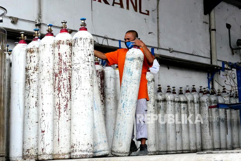Pegawai memindahkan tabung oksigen usai pengisian di Samator Yogyakarta, Rabu (7/7). Kapasitas pengisian tabung oksigen di Samator Yogyakarta sebanyak 400 tabung. Sementara permintaan tabung oksigen melonjak hingga tiga kali lipat. Saat ini pasokan oksigen masih fokus untuk kebutuhan medis.