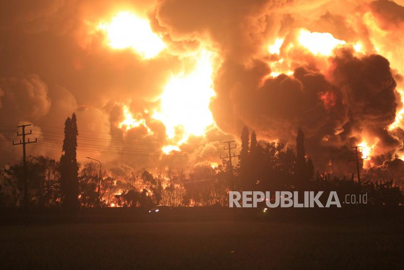 Api membumbung tinggi saat terjadi kebakaran di kompleks Pertamina RU VI Balongan, Indramayu, Jawa Barat, Senin (29/3/2021) dini hari. ANTARA FOTO/Dedhez Anggara/pras.