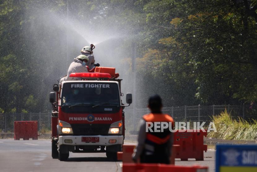 Pemerintah Kabupaten (Pemkab) Bangkalan mulai memberlakukan Surat Izin Keluar Masuk (SIKM) bagi warganya yang bekerja di Surabaya, dan sering pulang pergi, baik melintasi Jembatan Suramadu maupun Pelabuhan Kamal, Madura. (Foto ilustrasi disinfektan Jembatan Suramadu)