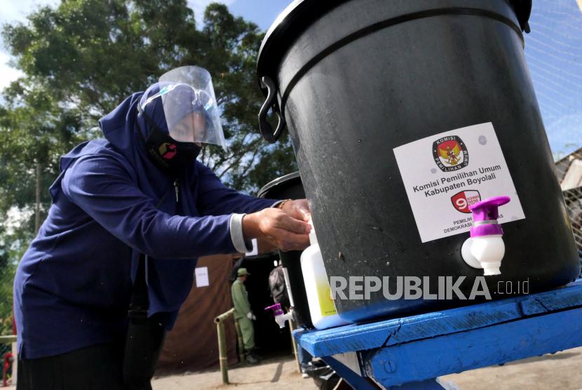 Warga mencuci tangan sebelum menggunakan hak pilih saat pelaksanaan pilkada serentak (ilustrasi)