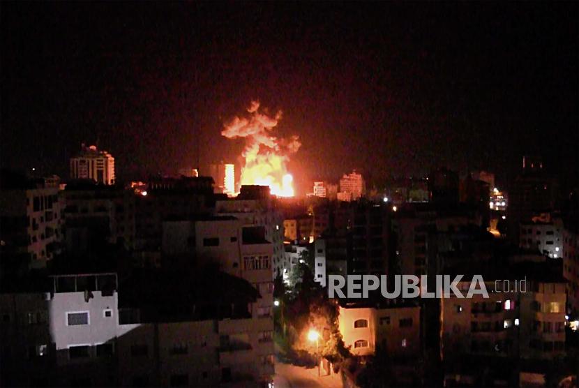 Asap mengepul setelah serangan udara Israel menghantam Kota Gaza, Senin (17/5).