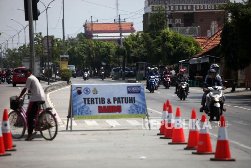 Sejumlah kendaraan melintas di Pintu Masuk Tol Brexit, Brebes, Jawa Tengah, Selasa (12/6).