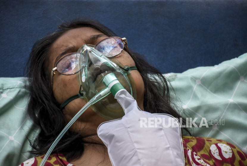 Pasien Covid-19 menggunakan alat bantu pernapasan saat dievakuasi ke Ruang Isolasi Khusus (RIK) di Rumah Sakit Umum Daerah (RSUD) Kota Bandung, Jalan Rumah Sakit, Kota Bandung, Kamis (1/7). Berdasarkan data dari Pusat Informasi dan Koordinasi Covid-19 Provinsi Jawa Barat (Pikobar) pada (30/6), tingkat keterisian tempat tidur atau Bed Occupancy Rate (BOR) rumah sakit yang melayani Covid-19 dan tidak melayani Covid-19 telah mencapai 91,12 persen dengan rincian sebanyak 15.276 dari total 16.765 tempat tidur telah terisi. Foto: Republika/Abdan Syakura