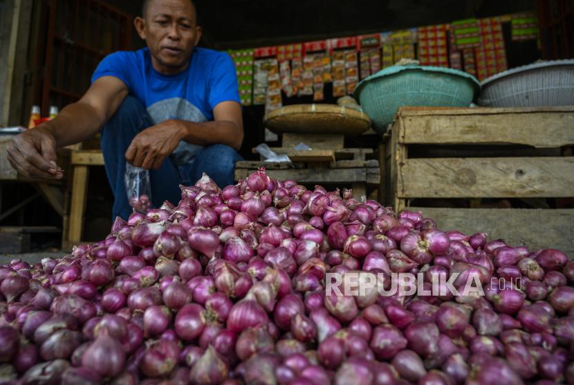 Seorang pedagang menata bawang merah di Pasar Tradisional Manonda, Palu, Sulawesi Tengah, Sabtu (11/4). Asosiasi Bawang Merah Indonesia (ABMI) menuturkan kegiatan panen bawang merah saat ini tengah berkurang. Hal itu dipicu oleh mundurnya masa tanam akhir tahun 2019 imbas musim kemarau panjang tahun lalu.