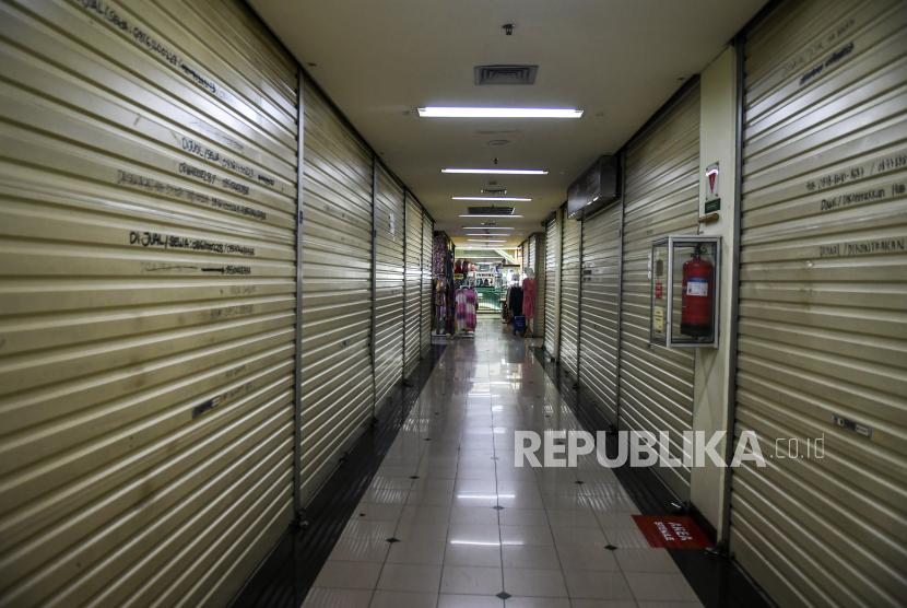 Juru Bicara Pemerintah untuk Penanganan Covid-19 Wiku Adisasmito menyampaikan, pemerintah memakai asesmen situasi mingguan untuk menentukan level pembatasan kegiatan masyarakat di setiap daerah. (Foto: Suasana kios yang tutup di salah satu pusat perbelanjaan Jakarta)