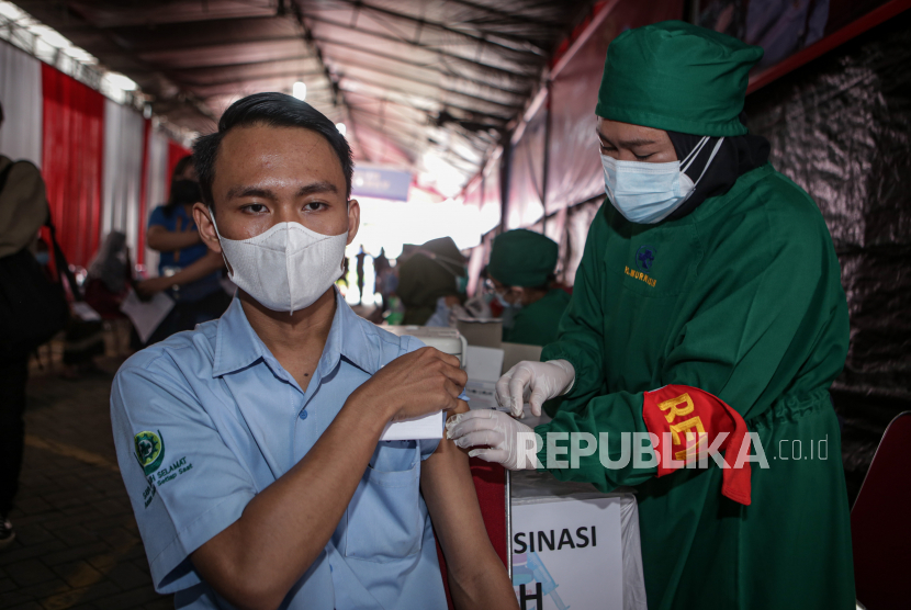 Vaksinator menyuntikkan vaksin COVID-19 kepada buruh saat vaksinasi COVID-19 di PT Victory Chingluh, Kabupaten Tangerang, Banten, Kamis (29/7/2021). Polri bersama Konfederasi Serikat Pekerja Seluruh Indonesia (KSPSI) menggelar vaksinasi COVID-19 gratis untuk para buruh dengan target sebanyak 16 ribu buruh guna mendukung program percepatan vaksinasi nasional.