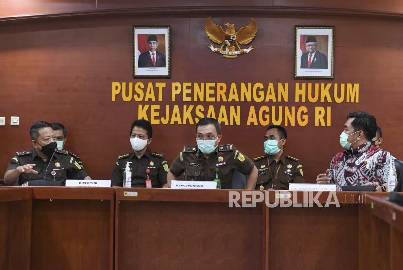 Kapuspenkum Kejaksaan Agung Leonard Eben Ezer Simanjuntak (tengah).