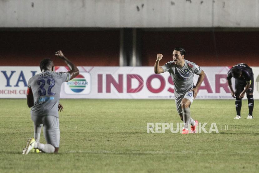 Pesepak bola Persib Bandung Ezra Walian (tengah) melakukan selebrasi usai mencetak gol melawan Persita Tangerang saat pertandingan Piala Menpora di Stadion Maguwoharjo, Sleman, DI Yogyakarta, Senin (29/3/2021). Persib Bandung memenangi pertandingan melawan Persita Tangerang dengan skor 3-1.