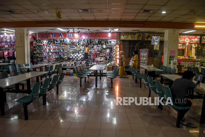 Pengunjung beraktivitas di area Pasar Baru, Jalan Otto Iskandar Dinata, Kota Bandung, Selasa (9/2). Berdasarkan data dari Himpunan Pedagang Pasar Baru (HP2B), sebanyak 60 persen atau 3.000 kios dari total 5.200 kios di Pasar Baru sudah tidak beroperasi atau dikontrakan bahkan dijual imbas dari pandemi Covid-19 yang berdampak pada penurunan jumlah pembeli secara signifikan. Foto: Abdan Syakura/Republika